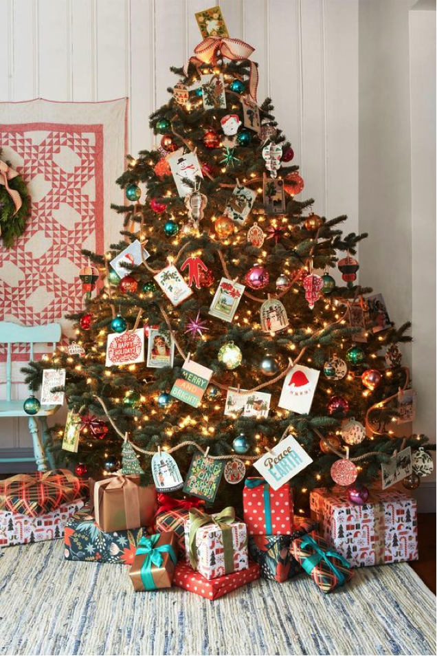SHOW OFF YOUR CARDS ON THE CHRISTMAS TREE