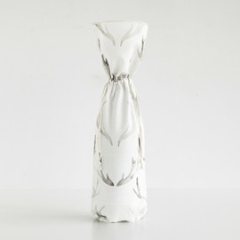 This is a white wine bag by jinseikou called Antoillie.